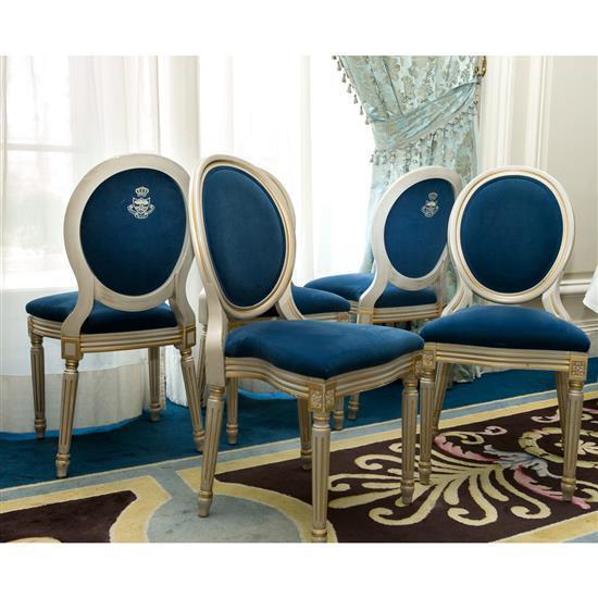 Douze chaises médaillon en bois argenté tapissé de velours bleu, 93x47x46 cmLote de sillas pintadas de blanco y tapicería azul