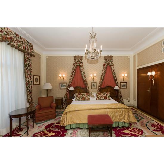 Tête de lit, 124x105 cm, un chevet, 59x36x34 cm, une lampe, H 66 cm, couvre lit et une Deux rideauxCabecero, mesilla, cortinas, lamp...