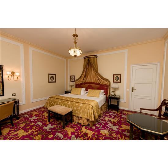 Tête de lit, couvre lit, paire de rideaux, deux tables de nuit et deux lampesCabecero, dosel, cortinas, pareja de mesillas y pareja ...