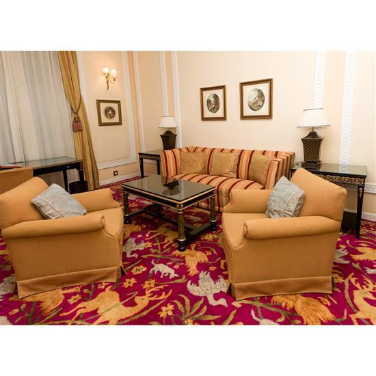 Canapé, deux fauteuils, table basse, deux guéridons et deux lampesSofa, pareja de sillones, mesa de centro, pareja de mesas auxiliar...