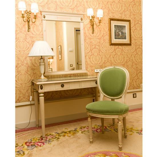 Bureau, chaise, miroir et lampeMesa escritorio, silla, espejo y lampara de sobremesa