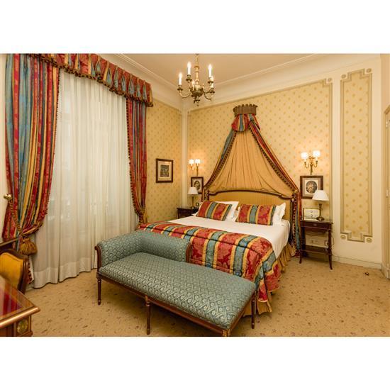 Tête de lit, couvre lit, paire de rideaux, deux chevets et deux lampesCabecero, dosel, cortinas, pareja de mesillas y pareja de lámp...