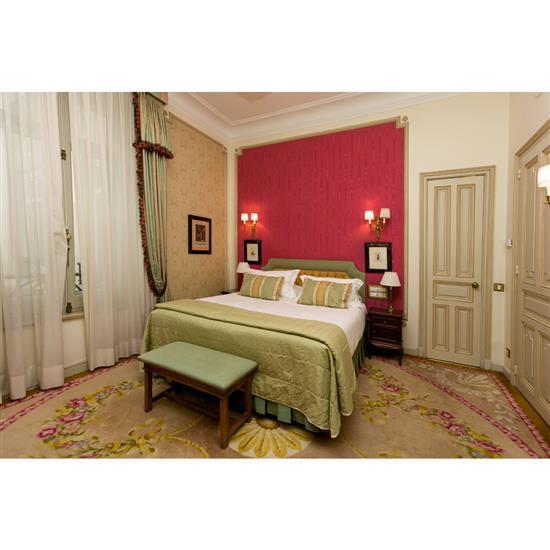 t te de lit couvre lit rideaux deux tables de nuit deux. Black Bedroom Furniture Sets. Home Design Ideas