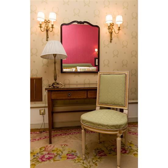 Bureau, chaise, miroir et lampeMesa escritorio, silla blanca, espejo y lampara de sobremesa