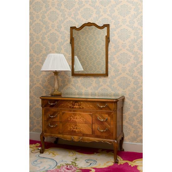 Commode 73x104x45 cm, miroir 75x57 et une lampe H 55 cm Cómoda, espejo y lampara de sobremesa