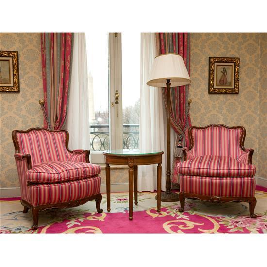 Deux fauteuils 85x74x65 cm, guéridon H60 D 60 cm et lampadaire H 163 cm Pareja de sillones, velador y lampara de pie