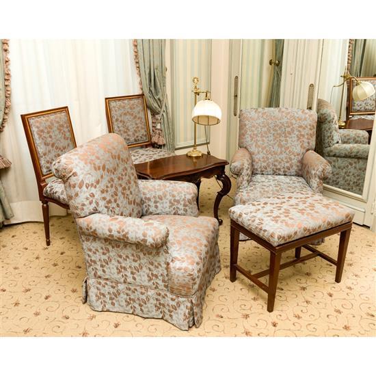 Deux fauteuils, 85x70x60 cm, deux chaises, 95x50x52 cm, table basse, 55x68x41 cm, lampe, H 60 cm, banquette, 50x60x40 cmPareja de si...