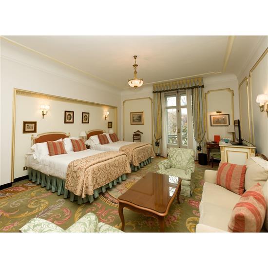 Deux têtes de lit en bois laqué et doré 105x123 cm, couvre lit et paire de rideauxPareja de cabeceros con cortinas