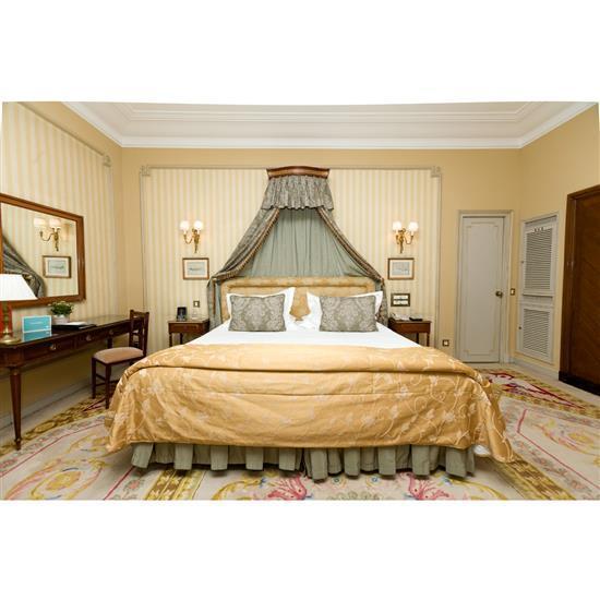 Tête de lit, couvre lit, paire de rideaux et deux tables de nuitCabecero, dosel, cortinas y pareja de mesillas