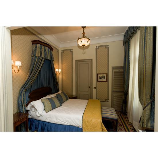 Tête de lit, 110x162 cm, deux chevets, 59x36x34 cm, banquette, 50x60x40 cm, paire de rideaux et couvre litCabecero, dosel, cortinas,...