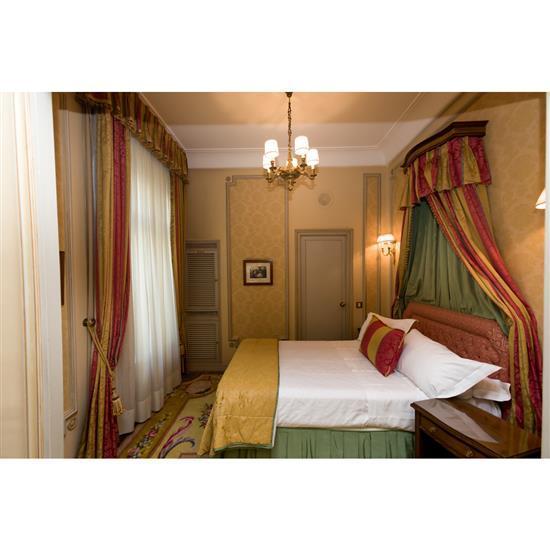 Tête de lit 112x150 cm, deux chevets, 55x50x45 cm, paire de rideaux, couvre litCabecero, dosel, cortinas y pareja de mesillas