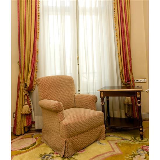 Fauteuil, 86x76x76 cm, table rectangulaire, paire de rideauxSillon, mesa TV y cortinas