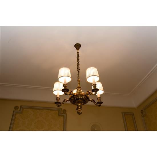 Deux lustres à cinq lumièresDos lámparas de techo