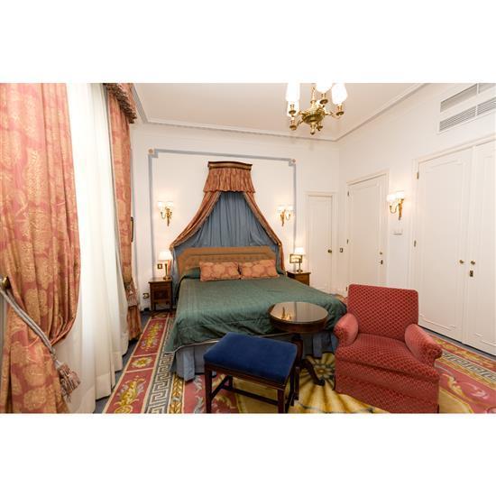 Tête de lit, 110x192 cm, deux chevets, 60x35x35 cm, deux lampes, couvre lit et paire de rideauxCabecero, dosel, cortinas, pareja de ...