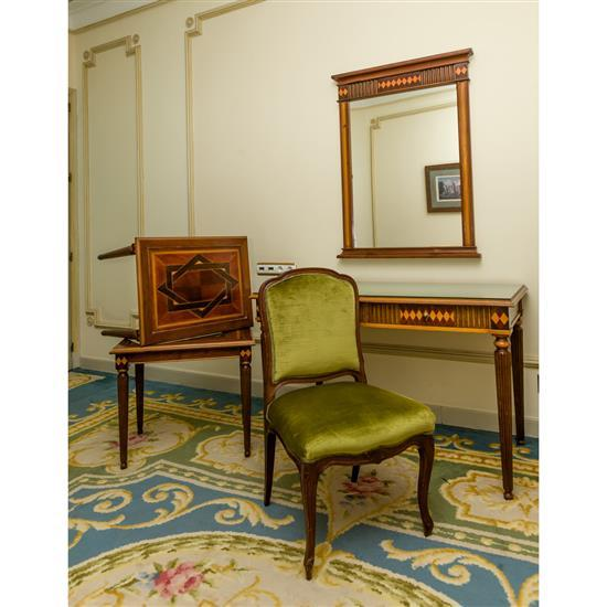Bureau, 75x120x65 cm, miroir, 110x85 cm, deux tables en marqueterie, 55x86x50 cm, chaise, 89x45x51 cmMesa escritorio, espejo, pareja...