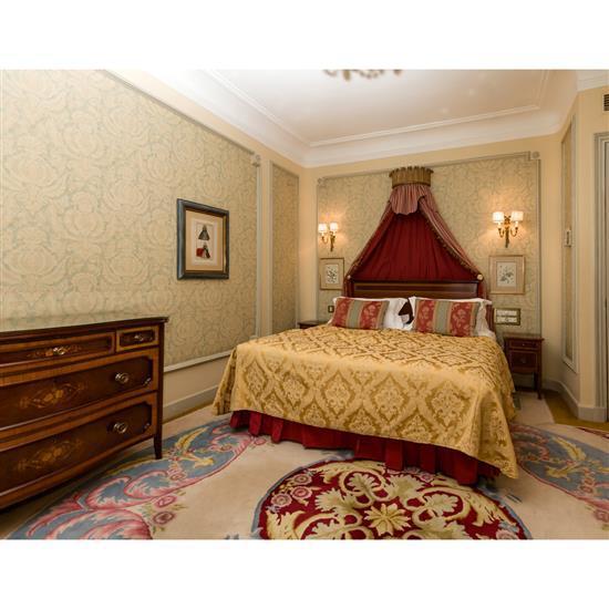 Tête de lit 115x155 cm, deux chevets, 60x36x36 cm, couvre lit et paire de rideauxCabecero, dosel, cortinas y pareja de mesillas