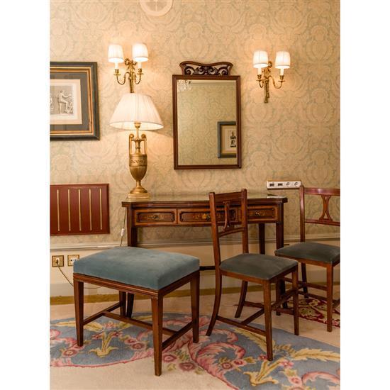 Bureau, 78x115x55 cm, miroir, 87x55 cm, deux chaises, 85x40x40 cm, banquette, 50x60x40 cm, lampe modèle amphore, H 80 cmMesa escrito...