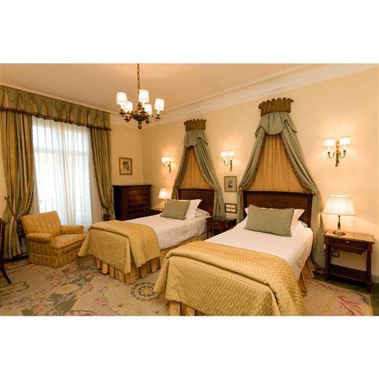 Deux têtes de lit, 113x113 cm chacun, couvre lits, trois chevets, 63x50x38 cm, deux lampes, H 50 cmPareja de cabeceros, pareja de do...