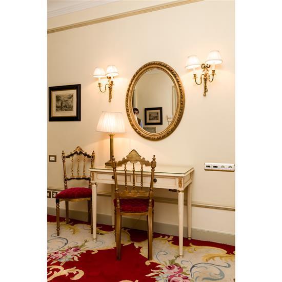 Bureau, 77x100x50 cm, miroir 88x54 cm, lampe, H 60 cm, deux chaises 97x 44x40 cmMesa escritorio, pareja de sillas, espejo y lampara ...
