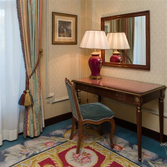 Bureau, miroir, table et chaiseMesa escritorio, espejo, lampara de sobremesa y silla