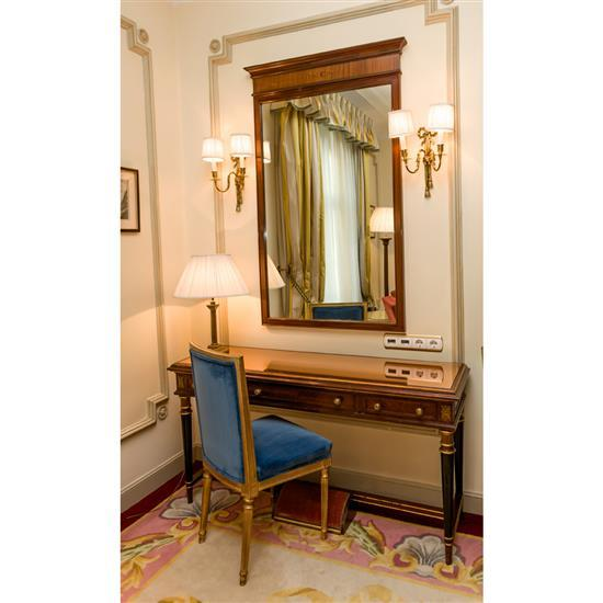Bureau, 75x146x43 cm, miroir, 142x86 cm, lampe H 60 cm, chaise, 90x50x42 cmMesa escritorio, espejo, silla y lámpara de sobremesa