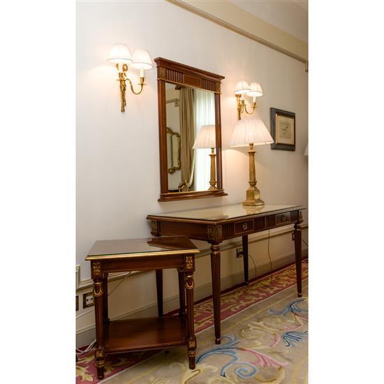 Bureau, 77x120x56 cm, miroir, 108x80 cm, lampe, H 78 cm, table rectangulaire, 66x59x45 cmMesa escritorio, espejo, mesa de TV y lampa...