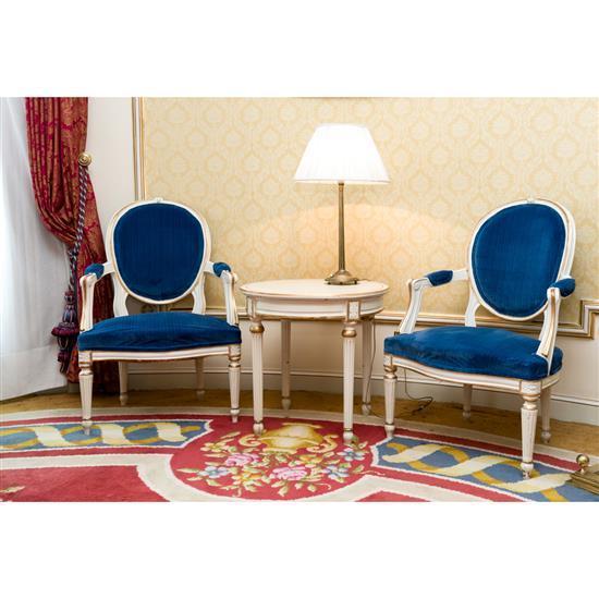 Guéridon en bois laqué, H 58 x D 60 cm, lampe, H 63 cm, deux fauteuils à dossier médaillon, 92x65x53 cmPareja de butacas, velador y ...