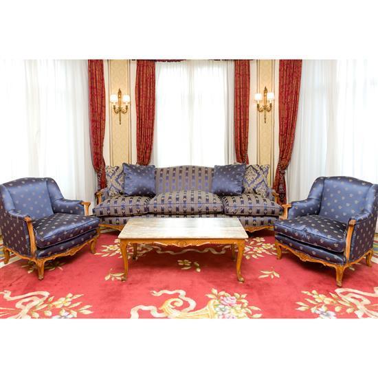 Canapé, 77x220x85 cm, deux fauteuils, 77x65x68 cm, table basse dessus de marbre, 42x110x50 cmSofa, pareja de sillones y mesa de cent...