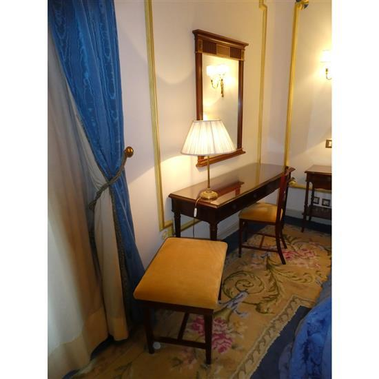 Bureau, miroir, lampe, chaise et banquetteMesa escritorio, espejo, lampara de sobremesa , silla y banqueta
