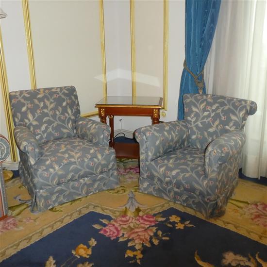 Deux fauteuils et petite table rectangulaireDos butacas y mesa TV