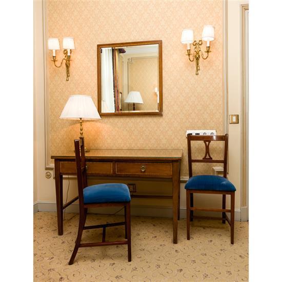 Bureau plat, 70x110x57 cm, miroir, 57x69 cm, deux chaises, 85x40x47 cm, lampe, H 56 cmPareja de sillas, mesa escritorio, espejo y la...