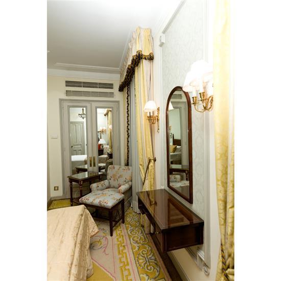 Console, miroir, fauteuil, banquette et petite table rectangulaireConsola de colgar, espejo, sillon, banqueta y mesa TV