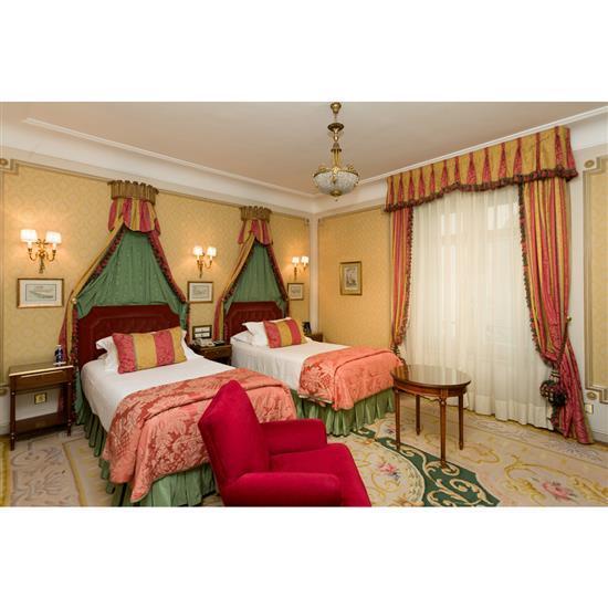 Deux têtes de lit 120x110 cm, couvre lits, paire de rideaux et deux chevets 66x44x35 cm Pareja de cabeceros, 2 doseles, cortinas y p...