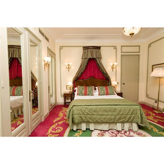 Lit, 127x153 cm, deux chevets, 60x36x36 cm, deux lampes, H 50 cm, couvre lit et paire de rideauxCabecero, dosel, cortinas, pareja de...
