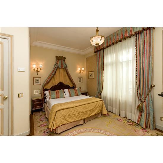 Tête de lit, 120x160 cm, deux chevets, 60x40x40 cm, couvre lit et paire de rideauxCabecero, dosel, cortinas y pareja de mesillas