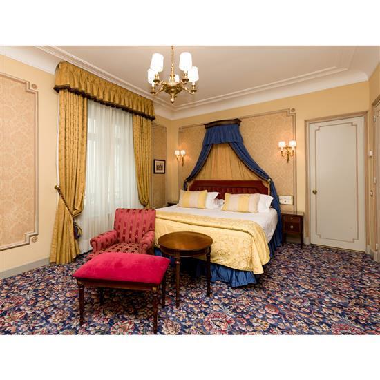 Tête de lit, 120x190 cm, deux chevets, 60x35x35 cm, couvre lit et paire de rideauxCabecero, dosel, cortinas y pareja de mesillas