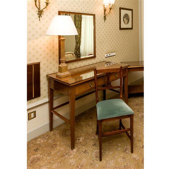 Bureau, 75x110x58 cm, miroir, 79x69 cm, lampe, H 78 cm, chaise, 86x40x35 cmMesa escritorio, espejo, silla y lampara de sobremesa