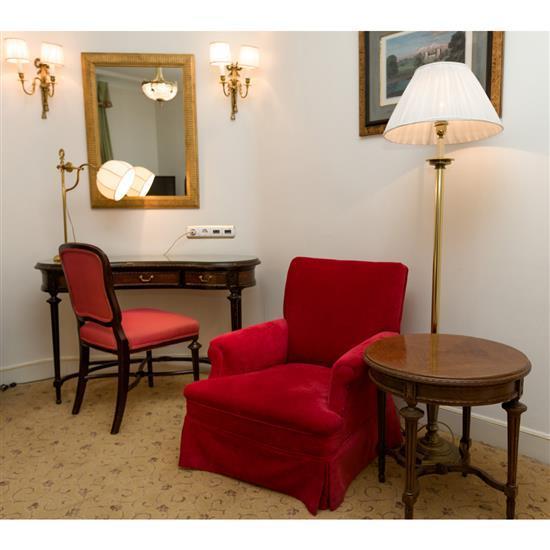 Bureau de forme rognon, 76x120x55 cm, chaise, 88x45x45 cm, miroir, 90x64 cm, lampe, H 60 cmMesa escritorio riñon, espejo, silla y la...