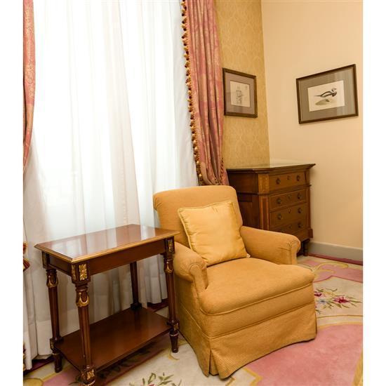 Commode en bois, 92x96x52 cm, fauteuil, 82x84x76 cm et table rectangulaireComoda, sillón y mesa TV