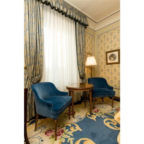 Deux fauteuils, 82x64x70 cm, guéridon, H 69 x D 69 cm, lampePareja de sillones, velador y lampara de pie