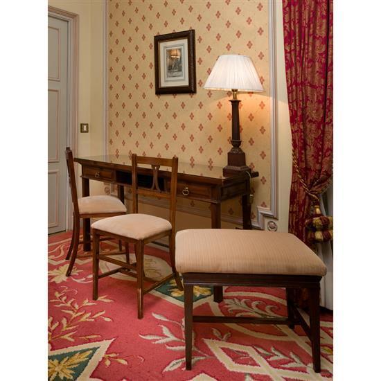 Bureau, 76x145x45 cm, lampe, H 78 cm, deux chaises, 84x38x40 cm et banquetteMesa escritorio, 2 sillas, banqueta y lámpara de sobremesa