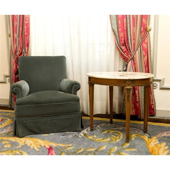 Fauteuil, 80x67x69 cm, table dessus marbre, 62x70x55 cm, paire de rideauxSillon, mesa tapa marmol y cortinas