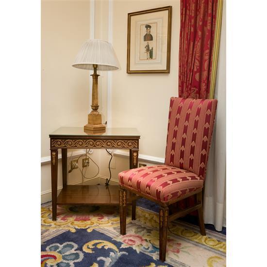 Table rectangulaire 68x70x50 cm, lampe H 79 cm et chaise Mesa en madera con aplicaciones en bronce, silla y lampara de sobremesa