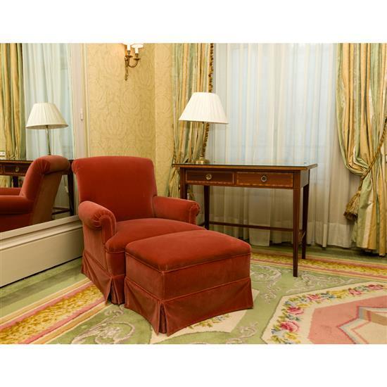 Bureau plat 77x100x60 cm lampe h 57 cm bergère 80x127x70 cm et paire de rideaux Sillon con reposapies, mesa escritorio y lampara de ...
