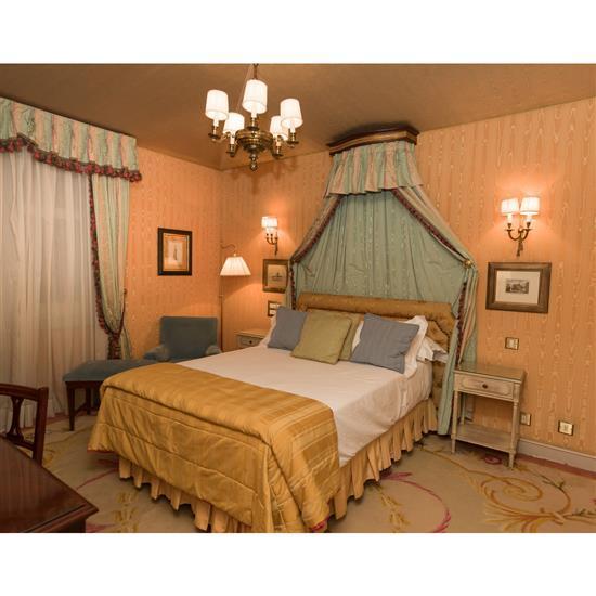 Tête de lit, couvre lit, paire de rideaux, deux tables de nuitCabecero, dosel, cortinas y dos mesillas