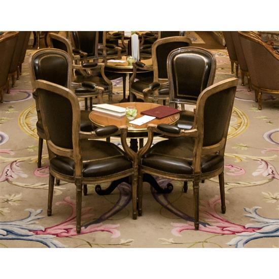 Quatre fauteuils en bois garni en cuir, 101x63x60 cm4 butacas en madera decapada y tapicería simil de piel