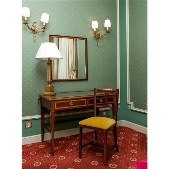 Bureau plat 75x110x58 cm chaise 85x40x38 cm, miroir 76x69 et lampe h 78 cm Mesa escritorio, espejo, silla y lampara de sobremesa