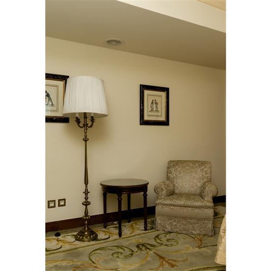 Fauteuil 80x88x78 cm, guéridon H 60 x D 60 cm et lampadaire H 180 cmVelador, sillón y lámpara de pie