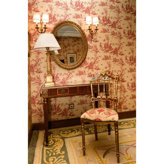 Bureau plat 76x96x55 cm, chaise, 97x42x42 cm, miroir 86x70 cm et lampe H 78 cmMesa escritorio, espejo oval, lampara de sobremesa y s...