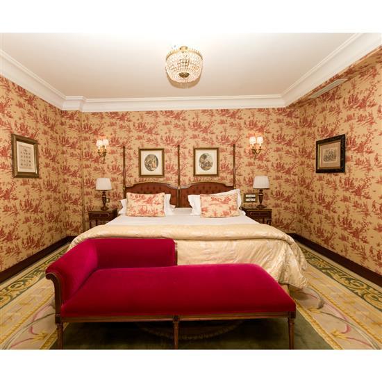 Tête de lit, deux chevets, deux lampes, méridienne 68x160x66 cm, couvre lit et paire de rideaux Cabecero, cortinas, pareja de mesill...